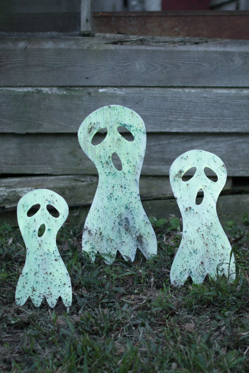 Set Of 3 Metal Ghost Yard Art Glow In The Dark